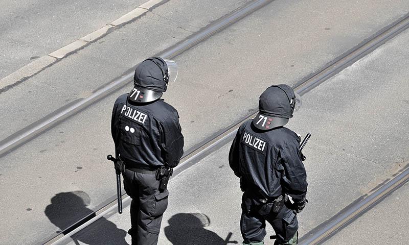 Polizisten einer Einsatzstaffel bei einem Fussballspiel