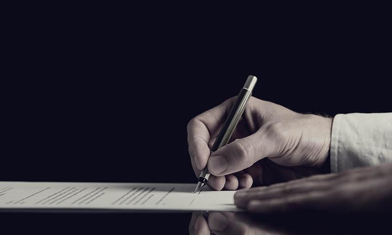 Rechtsanwalt füllt Dokumente in seiner Kanzlei aus