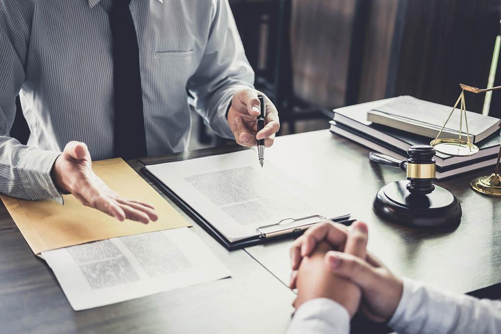 Rechtsanwälte besprechen Akten