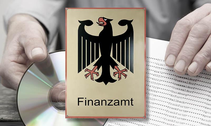 Logo des Finanzamts mit CD und Unterlagen des Rechtsanwalts